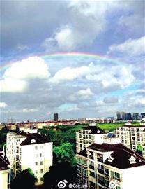 昨日清晨,申城上空挂起一道靓丽彩虹。(网友供图)