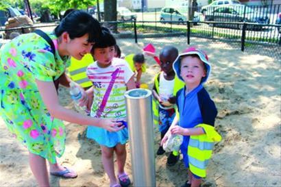 雅韵(左二)和妈妈李兆华 (左一)在波士顿租住的公寓边的社区儿童乐园与当地小朋友玩耍/采访对象提供