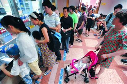 今夏持续高温,儿童医学中心人满为患。/何雯亚