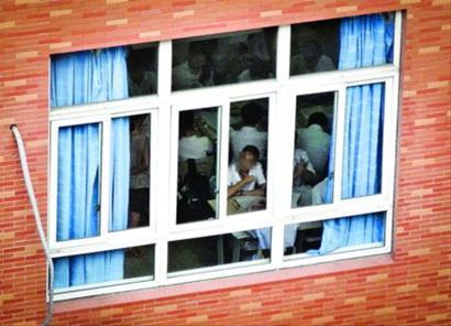 8月20日,在巨峰路的上海金苹果双语学校,教室里的学生正在上课。 晨报记者 肖允