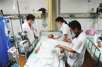 医护人员正在对伤者急救
