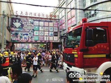 24日下午,消防队员在现场待命。(网友供图)