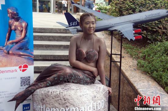 中山公园外美人鱼彩绘10分钟被民警驱赶(图)