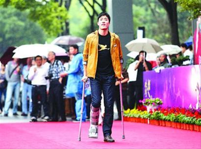去年9月刘翔拄着拐杖亮相上海体职院,之后不久便远离公众视线前往美国康复训练。CFP