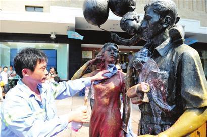 《一家三口》雕塑被用高压水枪清洗