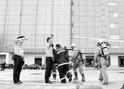 昨天事故发生后,公安、消防及救护等相关部门人员立即赶往上海翁牌冷藏实业有限公司救治。晨报记者 肖允