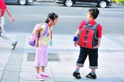 昨日,虽然书包又大又重,但市区内一所小学的学生们还是互相欣赏着新书包。 晨报记者 陈征