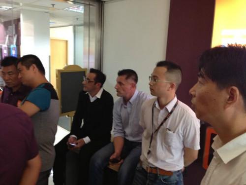 黑衣老外为总裁、中国区老大 被堵在门口进不了办公室