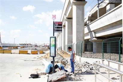轨交11号线罗山路站外公交枢纽在紧张施工 □本报记者 朱晓立 摄
