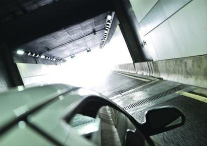 西藏南路隧道内有多处横截沟盖板。晨报记者 肖允