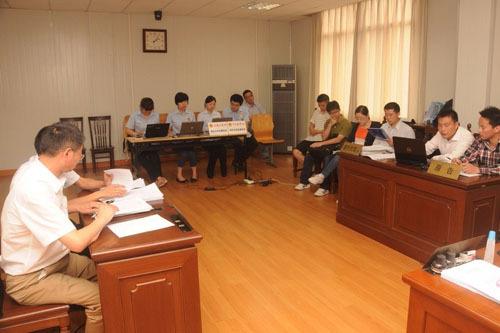图说:学员与驾校对薄公堂。浦东法院 姚毅摄