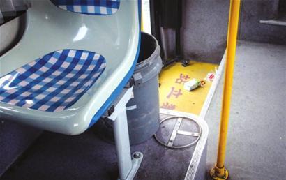 青浦9路公交车上被弃的牛奶盒与垃圾桶近在尺咫□新闻晨报肖 允 摄