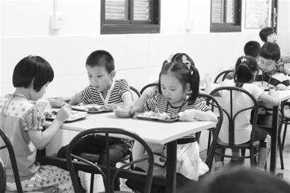 图为孩子在吃晚餐。 □解放日报 蒋迪雯 摄