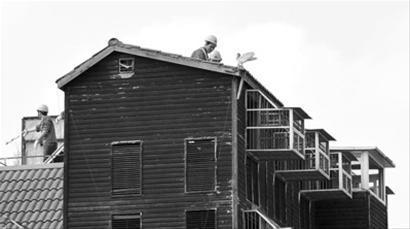 工人上午开始拆鸽舍顶棚   晚报记者 龚星 现场图片