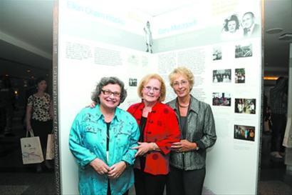 """曾在上海生活的犹太难民昨天齐聚纽约洛克菲勒中心,在""""犹太人与上海""""图片展板前合影留念。 管黎明 摄"""
