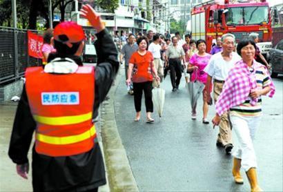 昨天,民防防空疏散演习在虹口九龙路举行。 殷立勤 摄