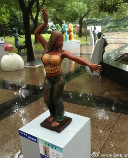 芙蓉姐姐雕塑像亮相上海南京路 挺胸凸点震惊老百姓