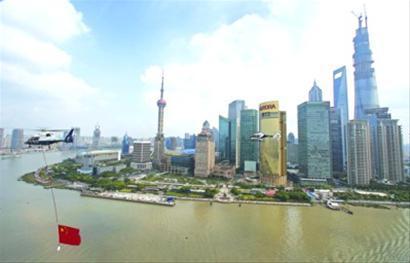 警用直升机悬挂五星红旗在黄浦江上空巡展飞行