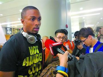 韦弗昨晚抵达上海后接受媒体采访。 姚友 摄