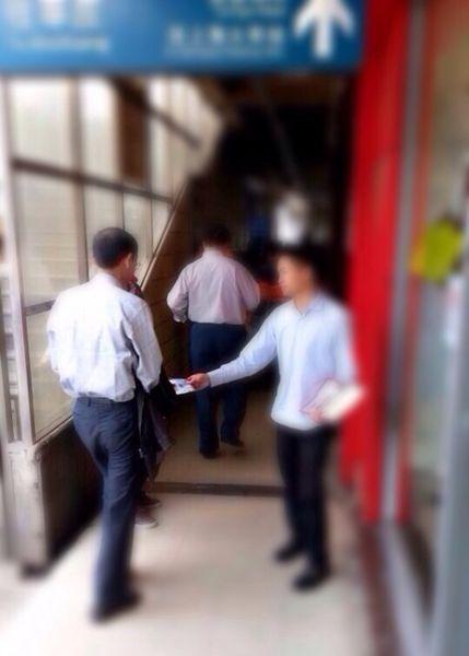 男子轨交出口乱发广告被拘5天。来源:@轨交警花