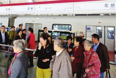 大批老人乘坐轨交11号线前往花桥游玩 (资料图)