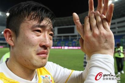 """""""群殴门""""焦点人物姜至鹏在19日帮助申鑫队取得宝贵三分,赛后掩面失声痛哭。"""