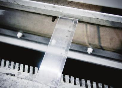 东昌路站站台和列车空隙最宽约9厘米 □新闻晨报 肖允 摄