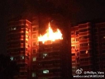 """大上海国际花园2号楼忽然传出爆炸声,随后熊熊烈火从屋内""""喷""""出。(请私信""""新民晚报新民网""""以奉稿酬)"""