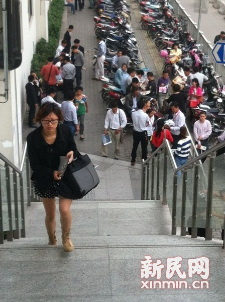 图说:安亭站外散发广告的房产中介花桥站则严禁这种行为。新民网记者 李欣 现场回传
