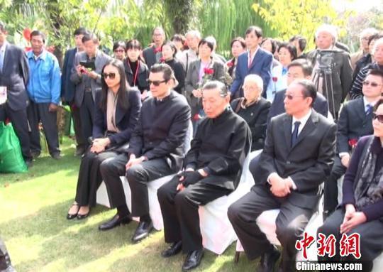 傅雷朱梅馥夫妇骨灰安葬仪式今举行,图为傅雷亲朋出席安葬仪式 康玉湛 摄