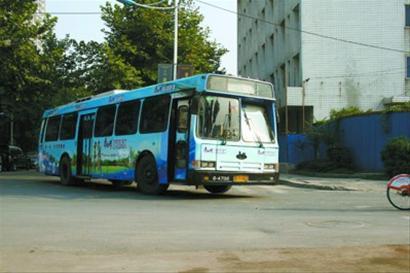 """车身长12米的新型""""三开门""""公交车,实行前后门下客,中间门上客。 殷立勤 摄"""