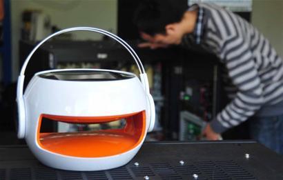 太阳能便携音箱将参展。 □新闻晨报 陈 征 摄