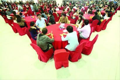 """□相亲会现场的""""圆桌相亲""""环节,单身男女们在圆桌上轻松交谈。 /晨报记者 杨眉 本版图片"""