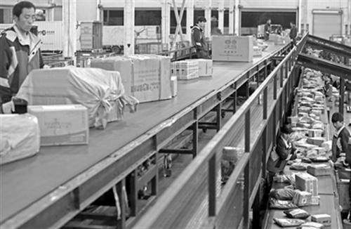 昨晚,圆通快递上海转运中心工作人员正在分拣当天的快递物品。 本报通讯员 陈骏 摄影报道