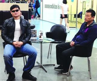 黄先生请来的保镖在一旁陪伴 /晨报记者 肖允 实习生 宋杨