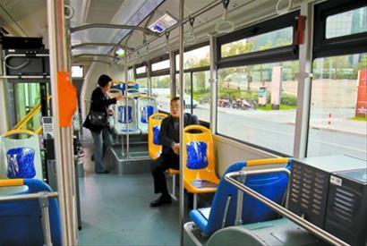 经过改进后的大宇三门新型公交车内部更人性化。 竺钢 摄