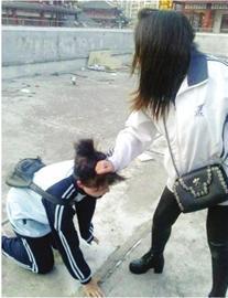 一名女生被另一名女生揪头发殴打,嘴里还被塞进一根黄瓜。 (图片均来自网络)