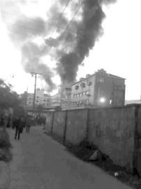 起火的楼房浓烟滚滚 /读者供图