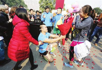 上海马拉松终点现浪漫求婚