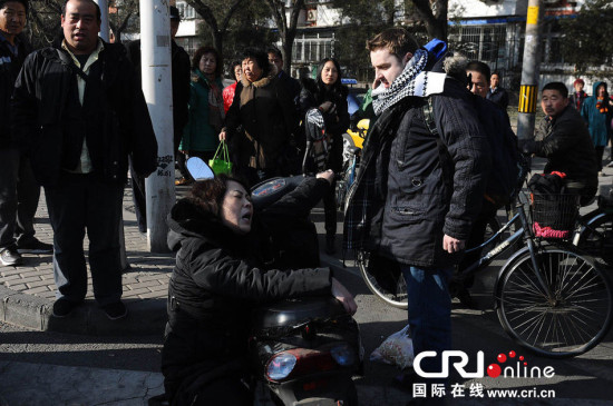 外国小伙街头遭讹诈 北京街头上演闹剧图片