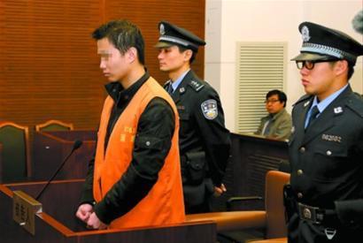 被告人万广道在接受法庭审判。陈永良 摄