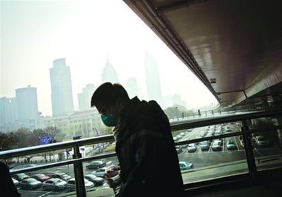 昨天,又现雾霾天,不少行人带着口罩出门。 /晨报记者 肖允