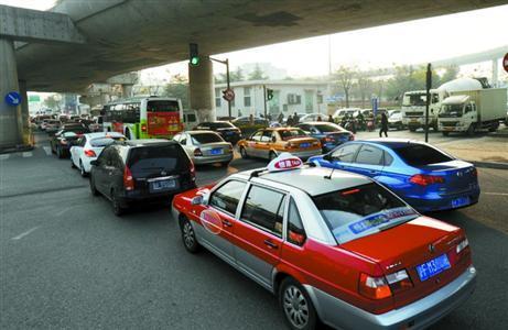 滞留车辆从翔殷路隧道一直排到军工路路口