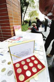 昨日,整套生肖纪念币出现在市场上。□本报记者 朱晓立 摄
