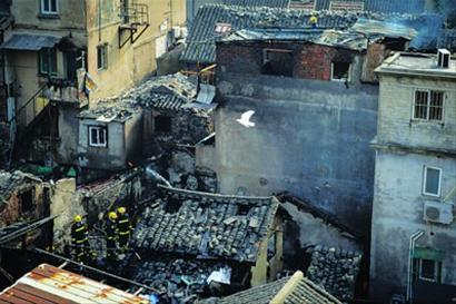 昨天10时10分许,西唐家弄110弄的火势基本扑灭,消防员仍在检查隐患。 肖允 摄