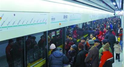 昨日,地铁16号线试运行,滴水湖站上下车乘客很拥挤。本报记者 张海峰 摄