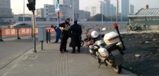 """图说:网友视频曝料称上海最牛交警怒斥""""公务员""""。视频截图"""