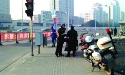 """交警正在对""""政府人员""""的交通违法行为进行严厉批评 /视屏截图"""