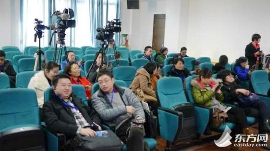通报会现场来了不少媒体记者。