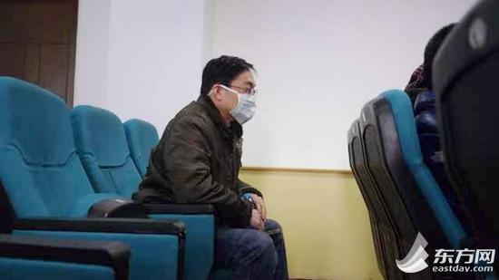 举报人王宇澄来到了复旦大学附属眼耳鼻喉科医院通报会现场。